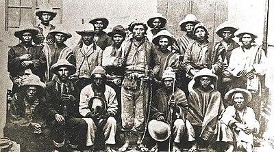 F2 400px-Grupo_de_campesinos_liderados_por_Zárate_Willka,_que_participó_de_la_Guerra_Federal_de_1899