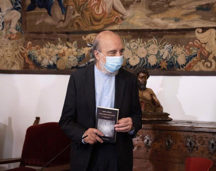 Raúl Zurita con barbijo